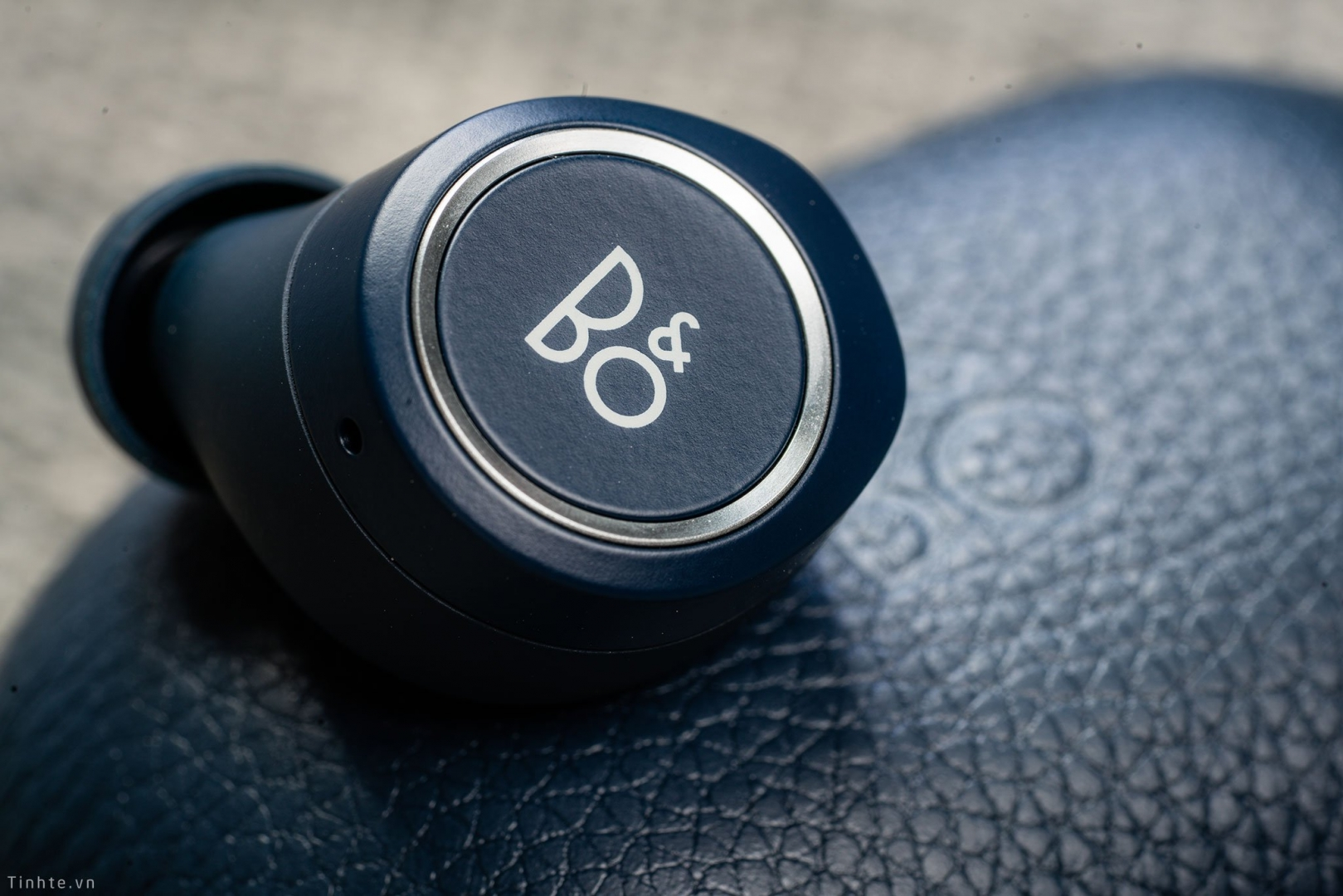 Review Beoplay E8 2.0, hộp sạc không dây, cổng USB-C, pin 20 tiếng, đắt vẫn xắt ra miếng
